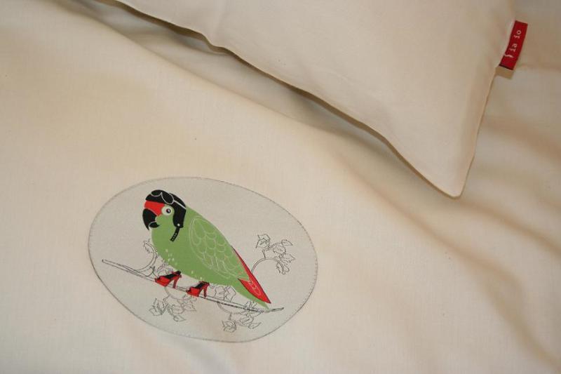 Edle Bettwäsche aus Bio-Baumwollsatin, Set 135x200 + Kissen, Motiv Verträumter Papagei