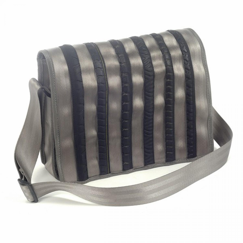 Upcycling Messenger Bag in Hellgrau | Sicherheitsgurt