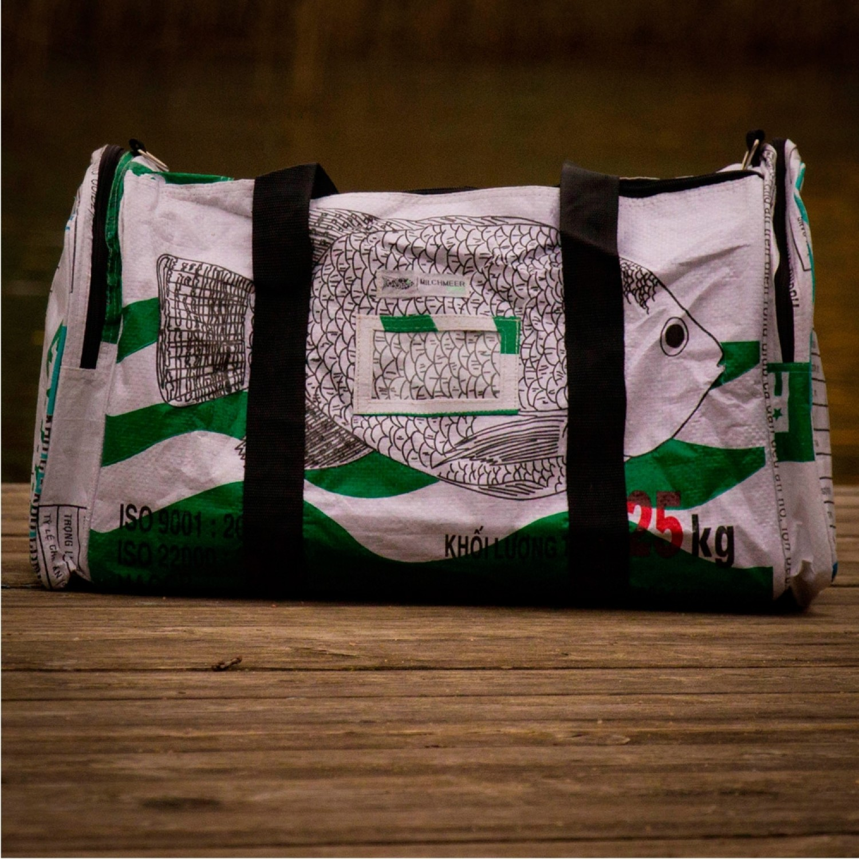Upcycling Reisetasche fair.reist - weißer Fisch   Milchmeer ecobags