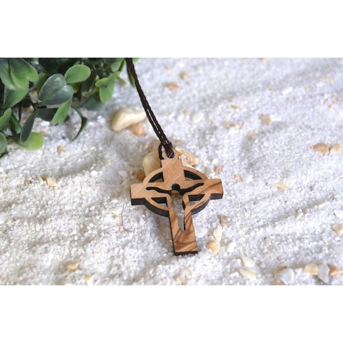 Kreuz (Jesus) als Kettenanhänger aus Olivenholz (erleben)