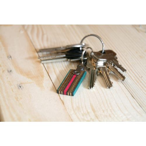 Bunter Schlüsselanhänger aus Skateboard-Holz | Restwert Upcycling