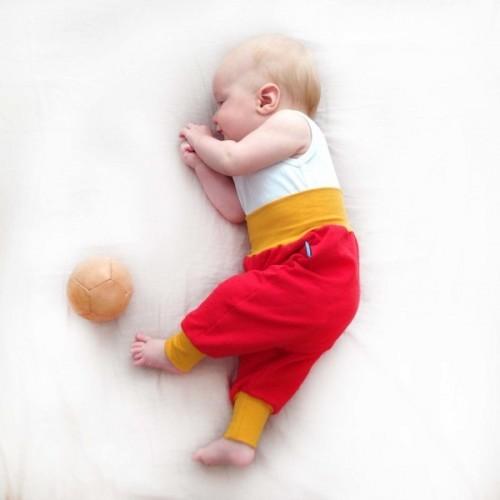 Baby Bio Sweathose rot mit gelbem Bündchen | bingabonga