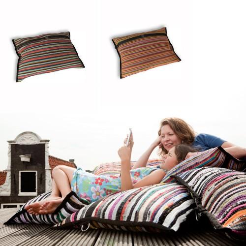 Farbenfrohes Kissen aus recycelten Textilresten